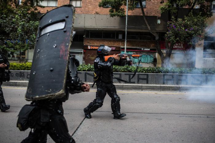 Un agente del ESMAD actúa durante las protestas del 23 de noviembre en Bogotá. | Crédito: Mauricio Morales – Instagram: @ mauriciomorales0
